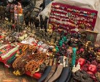 在老市场上的许多印地安纪念品 库存照片