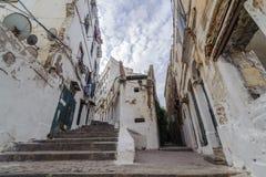在老市的古老部分的楼梯阿尔及利亚,称casbah (kasaba) 老城市是122米 免版税库存图片
