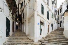 在老市的古老部分的楼梯阿尔及利亚,称casbah (kasaba) 老城市是122米 免版税库存照片