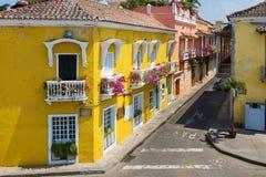 在老市的街道的五颜六色的大厦卡塔赫钠卡塔赫钠de Indias在哥伦比亚 免版税库存照片
