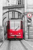 在老布拉格街道上的红色葡萄酒电车  免版税库存图片