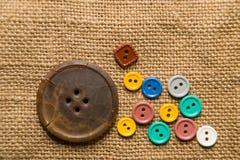在老布料的很多老按钮 免版税图库摄影