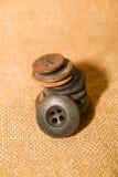 在老布料的许多葡萄酒按钮 免版税库存图片
