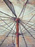 在老帆布伞下 免版税库存图片