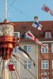 在老帆船的五颜六色的旗子 库存图片