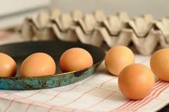在老平底锅的鸡蛋有箱的鸡蛋 库存照片