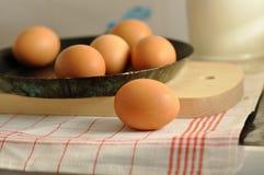 在老平底锅的鸡蛋 库存照片