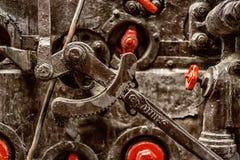 在老引擎的Wheelwork 免版税库存图片