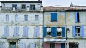 在老快门后的Windows;法国镇的历史中心; 库存图片