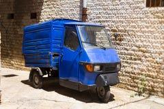 在老意大利镇空的街道的老三轮车猿身分  库存照片