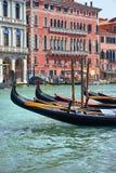 在老房子前面的长平底船由运河重创在一个夏日 免版税库存图片