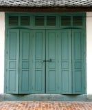 在老房子前面的门 免版税图库摄影