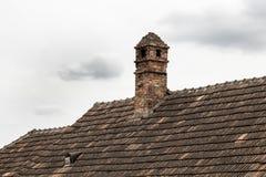 在老房子屋顶的砖烟囱  免版税图库摄影
