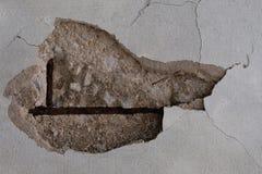 在老房子或修造的破裂的膏药门面墙壁wi的坏基础基地 Th砖背景 免版税库存图片