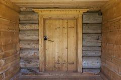 在老房子的木墙壁上的美丽的老门 非常好的背景 免版税库存图片