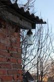 在老房子的檐口的街灯 免版税图库摄影