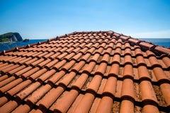 在老房子的瓦屋顶 免版税库存照片
