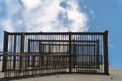 在老房子的生锈的救火梯有天空蔚蓝和白色云彩的 底视图 库存图片