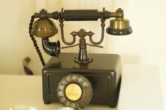 在老房子的老棕色电话 库存图片