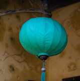 在老房子的蓝色灯笼在会安市,越南 图库摄影
