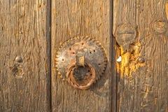 在老房子的门把手在普里什蒂纳 图库摄影