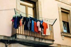 在老房子阳台的洗衣店在巴塞罗那,卡塔龙尼亚,西班牙 图库摄影