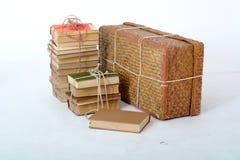 在老手提箱旁边的旧书谎言 库存照片