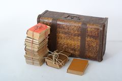 在老手提箱旁边的旧书谎言 库存图片