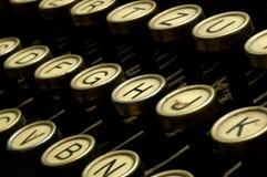 在老打字机上写字 免版税库存照片