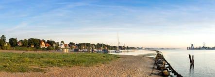 在老打破的码头和港口的看法有现代游艇的,里加,拉脱维亚 免版税库存图片