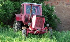 在老拖拉机的看法在一个农村场面在白天之前 库存照片