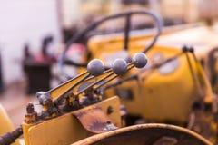 在老拖拉机的齿轮把柄 免版税库存图片