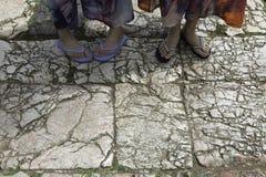 在老拖鞋佩带了岩石路 免版税库存照片