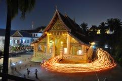 在老挝人的寺庙与蜡烛光 库存图片