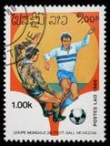 在老挝打印的邮票显示足球运动员 图库摄影