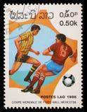在老挝打印的邮票显示足球运动员 免版税图库摄影