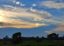 在老挝的路的橙色和蓝天晚上 库存照片