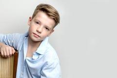 在老收音机附近的男孩少年 免版税图库摄影