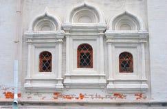 在老教会的三个窗口 克里姆林宫莫斯科 免版税库存照片