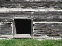 在老日志大厦的地下室视窗。 免版税库存照片