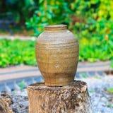在老日志的古色古香的瓶子 库存照片