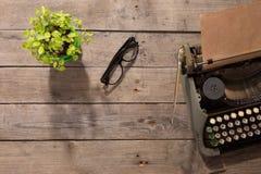 在老木书桌上的葡萄酒打字机 库存照片