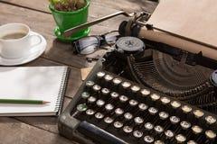 在老木书桌上的葡萄酒打字机 图库摄影