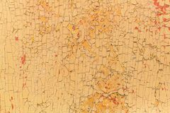 在老木土气材料的削皮油漆在墙壁上 库存照片
