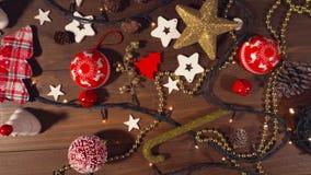 在老木地板上的圣诞节装饰 股票视频