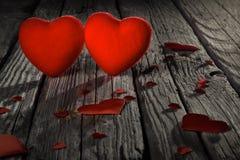 在老木地板上的红色心脏,华伦泰` s天 免版税库存图片