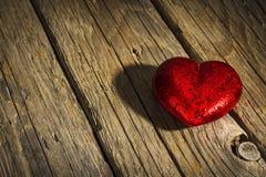 在老木地板上的红色心脏,华伦泰` s天 免版税库存照片