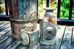 在老木地板纹理的葡萄酒火炬 库存图片