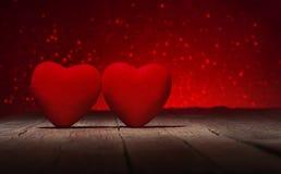 在老木地板,闪烁背景,华伦泰` s天上的红色心脏 免版税库存照片