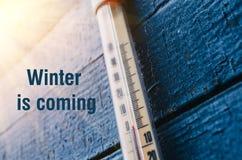 在老木墙壁上的温度计,冬天冷气候的概念 免版税图库摄影